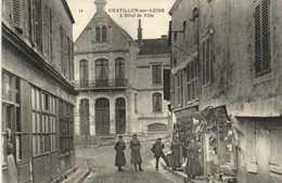 CHATILLON Sur LOIRE  L'Hotel De Ville Commerces Animée RV - Chatillon Sur Loire