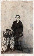 Tirage Photo Albuminé Cartonné Original, CDV, Portrait De Jeune Garçon Par Herrm Acrilles Leipzig  Vers 1880/1890 - Anciennes (Av. 1900)