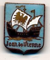 J91 - Insigne émaillé Marine Nationale 1940 - Croiseur Jean De Vienne - Fabrication Augis à Lyon - Marine