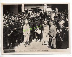 GRANDE PHOTO ANIMEE - PARIS-SOIR - GREVES DANS LES GRANDS MAGASINS PARIS EN 1936 - CLOWN - HOMMES BRANDISSANT DES BALAIS - Lieux