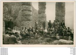GRECE. Photo D'un Groupe De Touristes. Format Carte Postale Ruines De Delphes - Greece