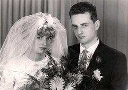 Carte Photo Originale Portrait D'un Couple De Mariés Du 18.06.1963 - Personnes Anonymes