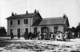 L'Hopital-du-Grosbois (Doubs) - Les écoliers Du Village Devant La Gare Au Retour D'un Voyage. (Juin 1918). 18 X 13.cm. - Personnes Identifiées