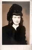 Photo Originale Portrait De Pin-Up Coiffure Rouleaux & Coiffe En Dentelles Noires Brodées Main Vers 1940 - Pin-up