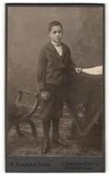 Fotografie M. Klaiber & Sohn, Ludwigshafen A. Rh., Portrait Eines Jungen Am Tisch Stehend - Anonymous Persons