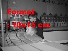 Reproduction D'une Photographie Ancienne D'enfants Regardant Un Tramway à étage Miniature En 1959 - Reproductions