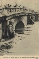 CRUE DE LA SEINE  1914 Le Zouave Au Pont De L'Alma - Ponts
