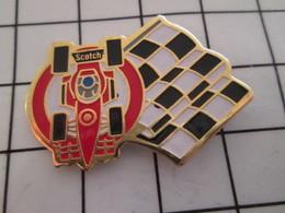 1116A Pin's Pins / Beau Et Rare / THEME : SPORTS / AUTOMOBILE F1 SCOTCH DRAPEAU A DAMIERS - Car Racing - F1