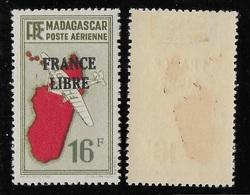 """MADAGASCAR 1943 PA 50ab* - VARIETES """"5ème ILE"""" ET """"AVION SANS HELICE"""" - RARE - Aéreo"""