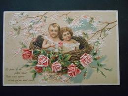 2 Bébés Dans Un Nid Avec Des Roses Et Des Branches De Fleurs Blanches Et Roses - Gaufrée - Bébés