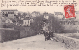 23-GUERET- Un COIN De GUERET- La Foule Avec Le GARDE-CHAMPÊTRE Avec Ses 2 COCHONS- Ecrite-Timbrée- - (17/4/20) - Frankrijk