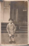 Enfant Devant Une Devanture De Magasin Carte Photo - Escenas & Paisajes