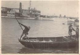 """PHOTO ANCIENNE 1925 SAMPAN PASSANT DEVANT LA CANONNIERE """" VIGILANTE """" - Lieux"""