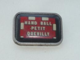 Pin's CLUB DE HAND BALL DE PETIT QUEVILLY - Handball
