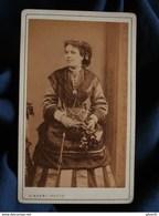 CDV Photo Disdéri à Paris - Second Empire, Isabelle Briaud Dite La Bouquetière De Jockey-club Circa 1865-70 L438 - Foto's