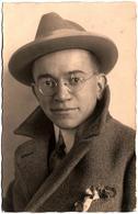 Carte Photo Originale & Correspondance Dos, Portrait D'Alfons, Homme Au Chapeau & Lunettes Rondes En 1924 - Personnes Anonymes