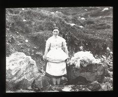 Girl Washing Laundry, Skye SCOTLAND - Magic Lantern Slide (lanterne Magique) - Plaques De Verre
