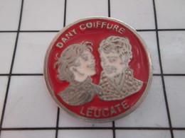 1116A Pin's Pins / Beau Et Rare / THEME : MARQUES / LEUCATE DANY COIFFEUR SALON DE COIFFURE - Markennamen