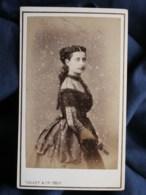 Photo CDV Vallet à Bordeaux - Joli Portrait Jeune Femme, Second Empire Circa 1865 L498D (1) - Fotos