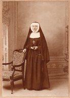 Photo Ancienne Sur Carton  - Jeune Religieuse ( Photo E.Benoit à Compiègne) - Anciennes (Av. 1900)