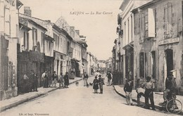 CPA (17)  SAUJON La Rue Carnot  (2 Scans) - Saujon