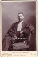 Photo : Avocat Assis : En Pose : Photo. P. BELLINGARD - Lyon - ( Format 10,5cm X 16,5cm ) - Circa 1900 - - Métiers