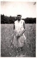 Photo Originale Jeune Femme Au Béret & Herbes Hautes Vers 1930 - Pin-up