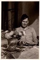 Photo Originale Jeune Homme Lecteur à La Lecture Au Balcon Auprès D'un Bouquet De Fleurs En 1935 - Légende Dos - Personnes Anonymes