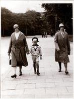 Petite Photo Originale Marcheurs De Rue Ou Parc - Portrait D'une Mère Et De Son Fils En Costume De Marin Vers 1920/30 - Personnes Anonymes