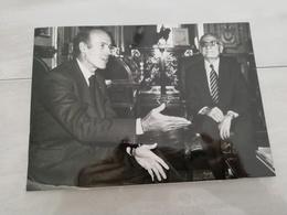 14915 POLITIQUE FRANCE PHOTO DE PRESSE  18X12 LE 06-09-1974 VALERY GISCARD D ESTAING ET LE MINISTRE GREC NAVROS GEORGES - Photos