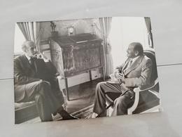 14916 POLITIQUE FRANCE PHOTO DE PRESSE  18X12 LE 25-06-1975 VALERY GISCARD D ESTAING ET LE DOYEN DES COEURS GREFFES - Photos