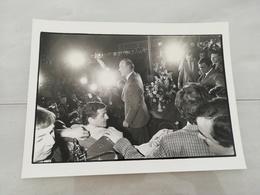 14920 POLITIQUE FRANCE PHOTO DE PRESSE  18X24 LE 28-03-1981 VALERY GISCARD D ESTAING PORTE DE PANTIN - Photos