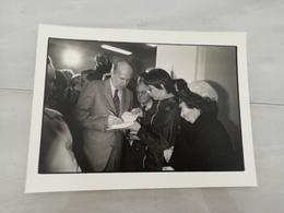 14922 POLITIQUE FRANCE PHOTO DE PRESSE  18X24 LE 06-04-1981 VALERY GISCARD D ESTAING A SON PC - Photos