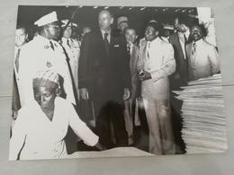 14924 POLITIQUE FRANCE PHOTO DE PRESSE  18X24 LE07-08-1976 VALERY GISCARD D ESTAING ET M  BONGO AU GABON - Photos