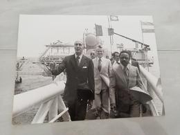 14930 POLITIQUE FRANCE PHOTO DE PRESSE  18X24 LE 07-08-1976 VALERY GISCARD D ESTAING ET M  BONGO AU GABON - Photos