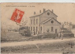 Saint-Vaast-la-Hougue  50   La Gare Interieure Avec Locomotive_Le Quai Et Route Bien Animée - Saint Vaast La Hougue