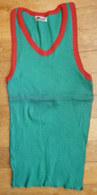 Une CHEMISE Débardeur Marcel Modèle Sport ATHLETISME EN COTON VERT Liseret Rouge Années 40-50 étiquette Fabriquant NOËL - Vintage Clothes & Linen