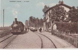 GUERCHY (89). La Gare Animée. Locomotive (ciel Bleuté). (Transports: Chemins De Fer : Gares - Avec Trains) - Autres Communes