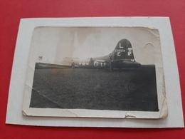 RARE 2 PHOTOS DATEE - FORTERESS VOLANTE B17 POSEE A DAMEREY ( 71 ) LE 3 SEPTEMBRE 1944 / AVION / GUERRE / DOS SCANNE - Aviation