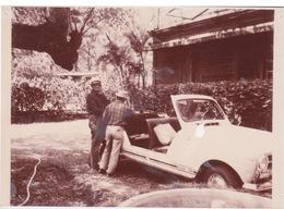 974 REUNION - Photographie Dans Une Propriété Créole D'une Ancienne Automobile Genre Renault 4L Plein Air . ILE BOURBON - Cars