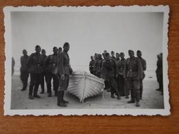 SAINT JEAN DE MONTS  WW2 GUERRE 39 45 LES SABLES D OLONNE  SOLDATS ALLEMANDS PLAGE BARQUE DE PECHEUR DOS 29.07.1940 - Saint Jean De Monts