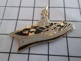 "616a  Pin's Pins / Beau Et Rare / THEME : BATEAUX / PORTE-AVIONS CHARLES DE ""Corona"" GAULLE - Militaria"
