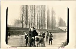 CARTE PHOTO - PATINAGE SUR LA SARTHE GELÉE A LA SUZE SUR SARTHE PRES DE LE MANS - SARTHE VERS 1900 - 1920 - La Suze Sur Sarthe