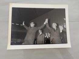 14978 POLITIQUE FRANCE PHOTO DE PRESSE  18X24 1981  JACQUES CHIRAC A LYON - Photos