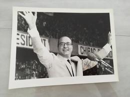 14979 POLITIQUE FRANCE PHOTO DE PRESSE  18X24 11-04-1981  JACQUES CHIRAC AU PARC DES PRINCES A PARIS - Photos