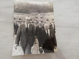 14980 POLITIQUE FRANCE PHOTO DE PRESSE  18X24 18-06-1975  JACQUES CHIRAC AU  MONT VALERIEN - Photos
