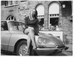 Madame Sur Le Capot De Sa Belle DS Id.  C 1960. Tirage Original D'époque  FG0653 - Automobiles