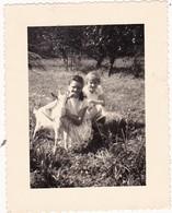 Animaux : Scéne De Campagne : Chèvre Et Deux Filles - ( Format 10cm X 8cm ) . - Photographs