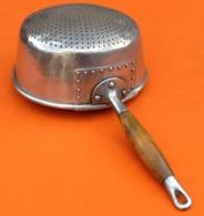 Ancienne Passoire à Main En Aluminium Manche En Bois De Noyer - Dishware, Glassware, & Cutlery
