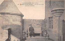 ¤¤  -    LE MONT-SAINT-MICHEL   -   Un Coin De La Cour Intérieur Du Musée  -  Un Guide   -   ¤¤ - Le Mont Saint Michel